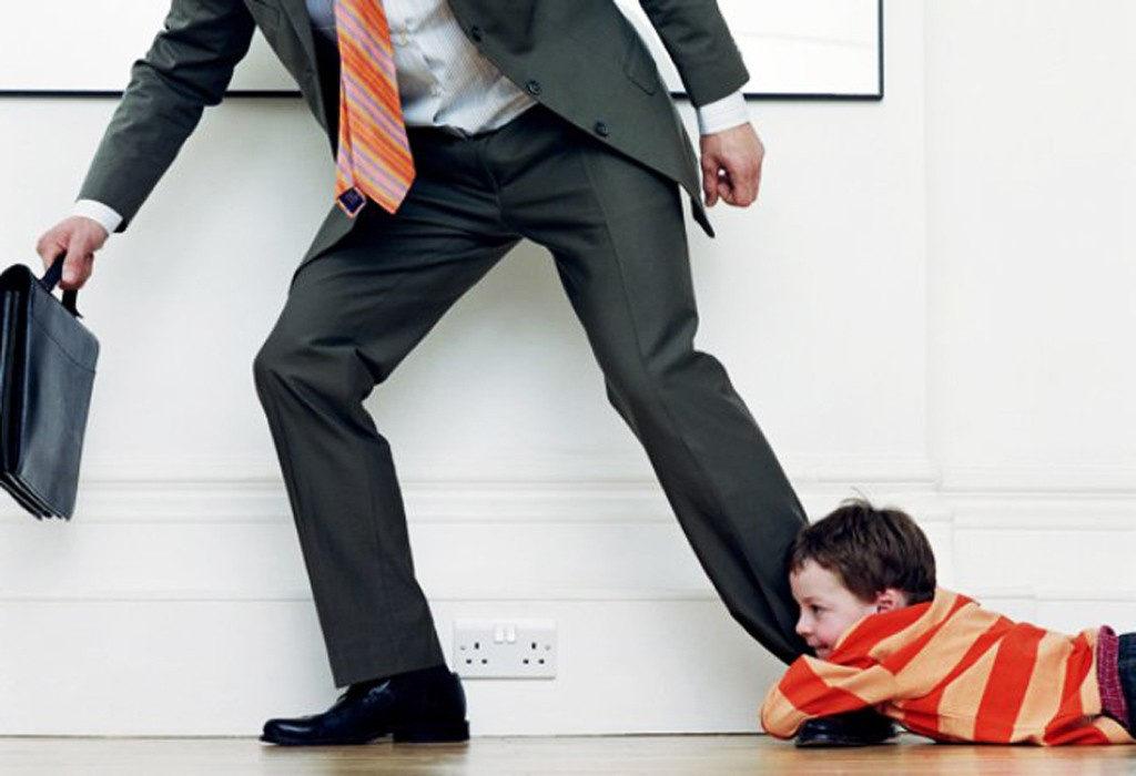 Отец уходит от ребенка