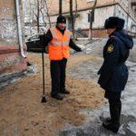 Полицейский и осужденный к обязательным работам